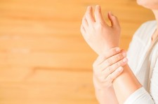 woman holding her wrist symptomatic office syndrome